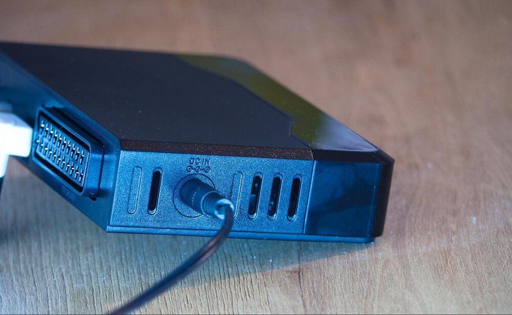 Nešťastným řešením je napájecí konektor na boční straně set-top boxu