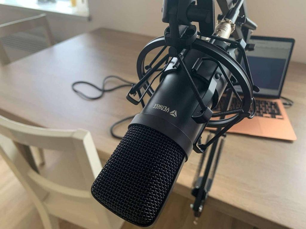 Výšku mikrofonu si lze snadno nastavit