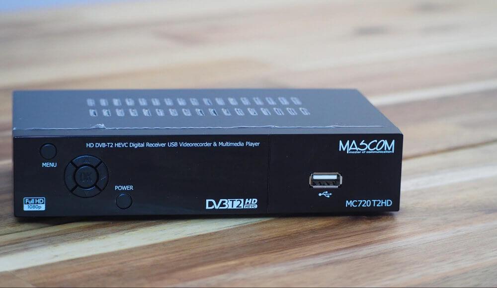 Na čelní straně naleznete ovládání a USB konektor