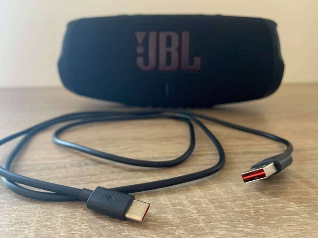 Součástí balení je USB-A/USB-C kabel
