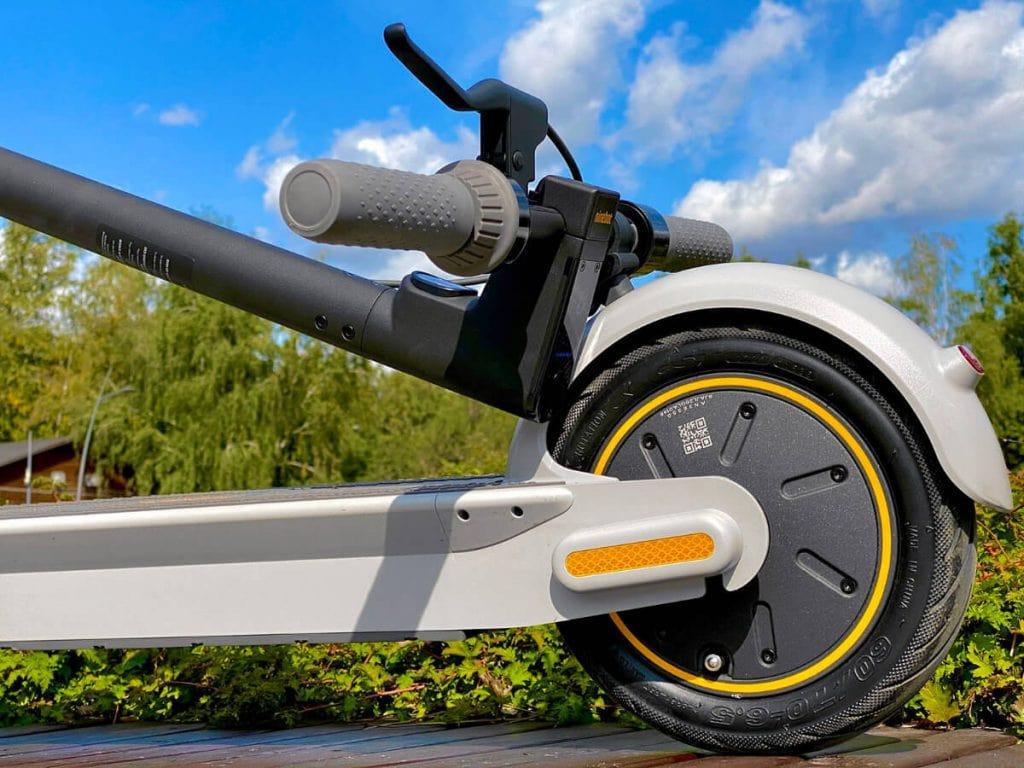 Zadní kolo je osazené motorem s elektronickou brzdou, zajišťující rekuperaci