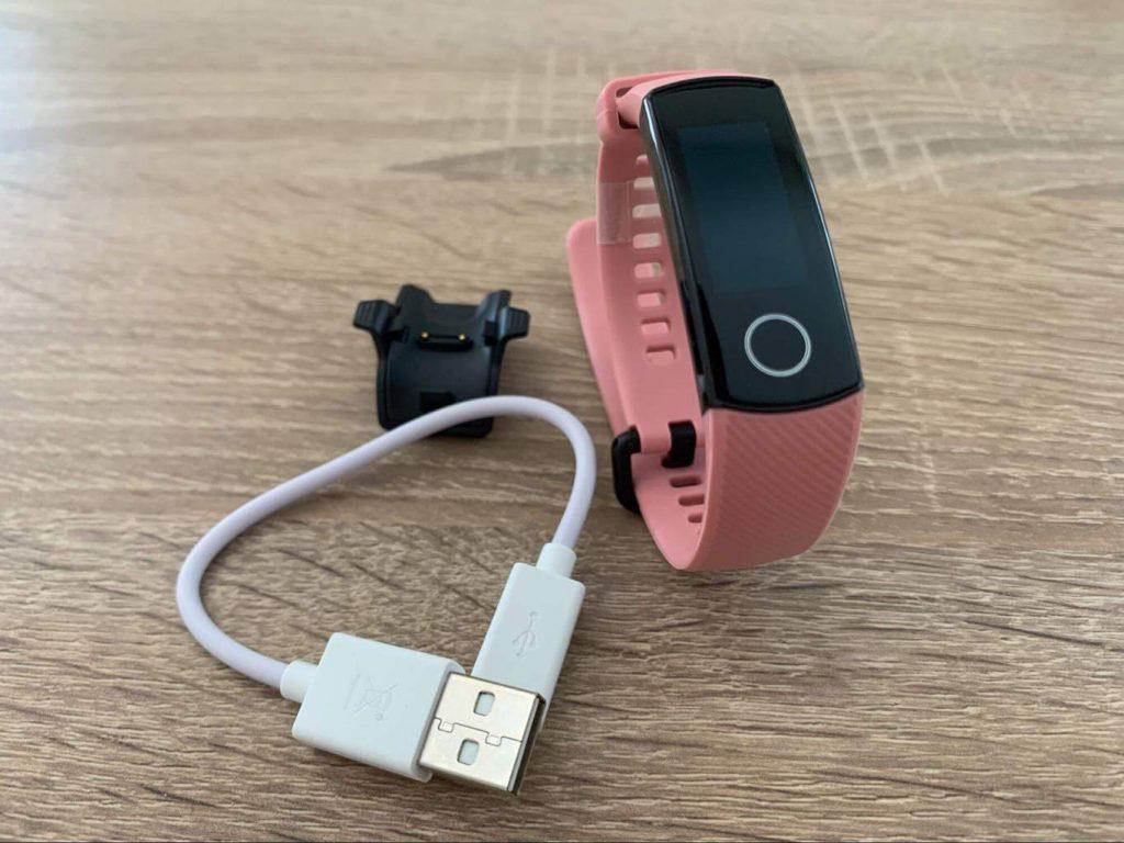 Napájecí kabel má klasickou USB koncovku