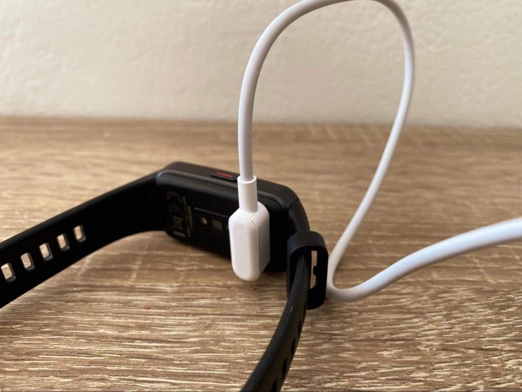 K nabíjení slouží přiložený kabel