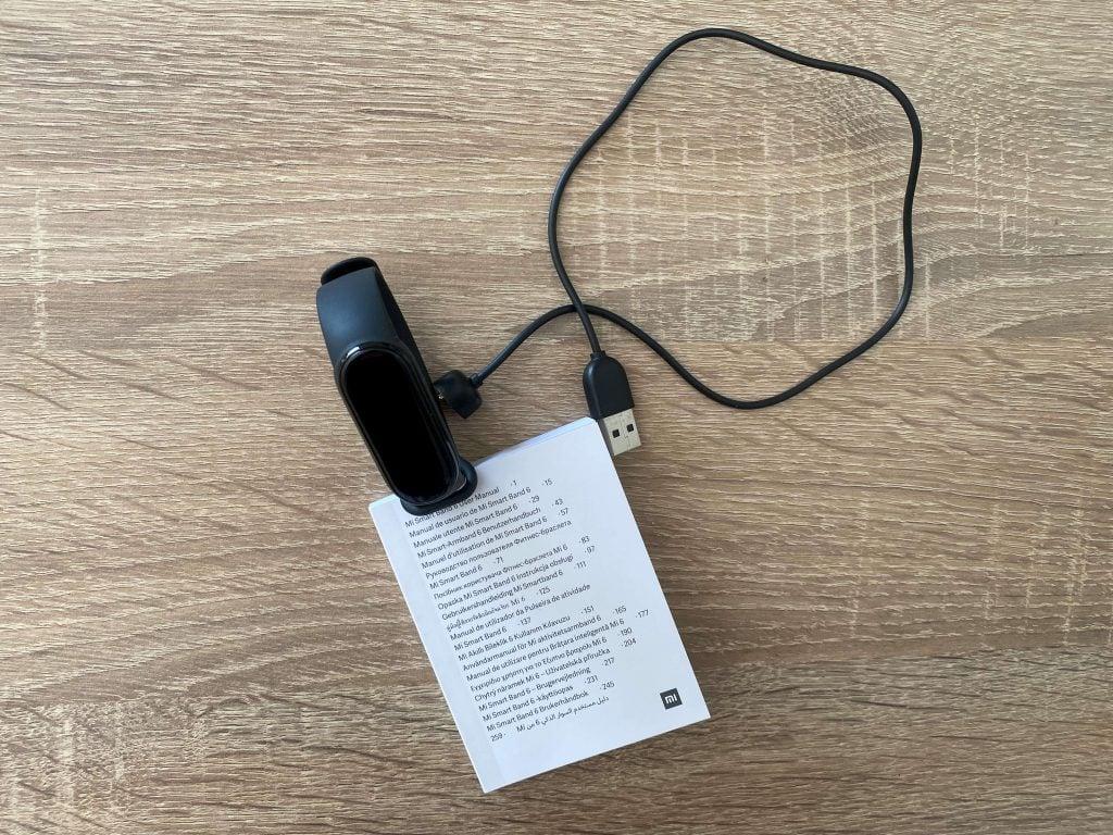 Součástí balení je náramek, napájecí kabel a návod k použití