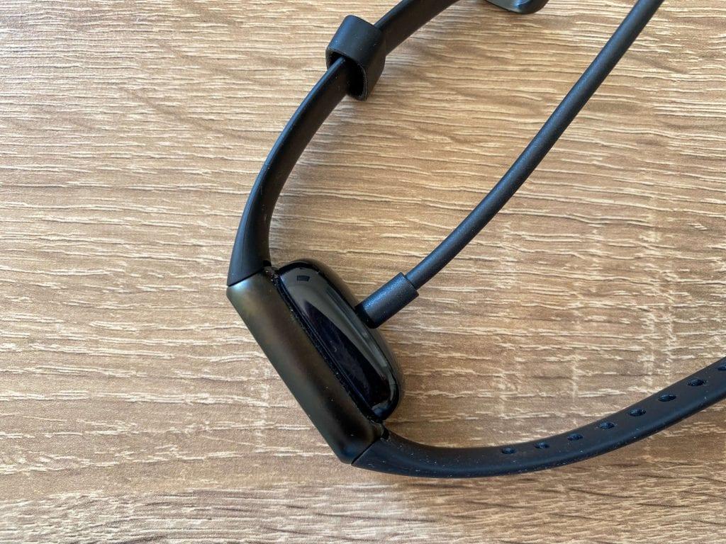 Nabíjecí kabel se připevňuje ze zadní strany
