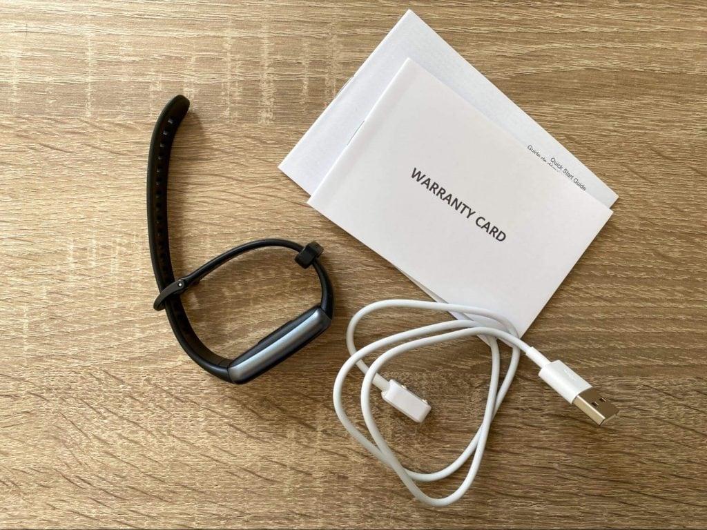 Součástí balení je napájecí kabel i návod k použití