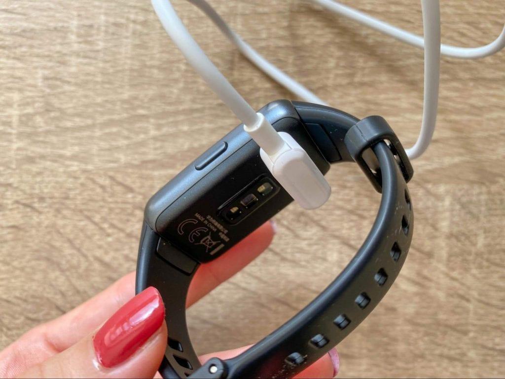 Napájecí kabel se umisťuje ze zadní strany